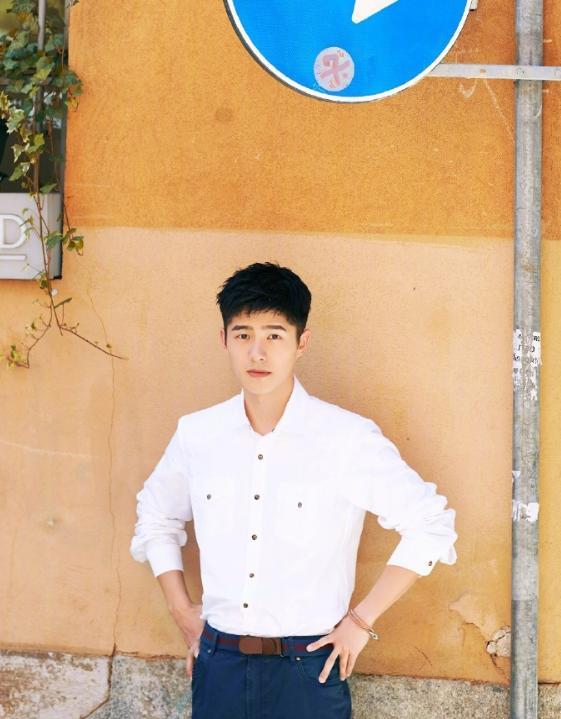 刘昊然简直是直男的穿衣模板!白色衬衫+牛仔裤干净清爽