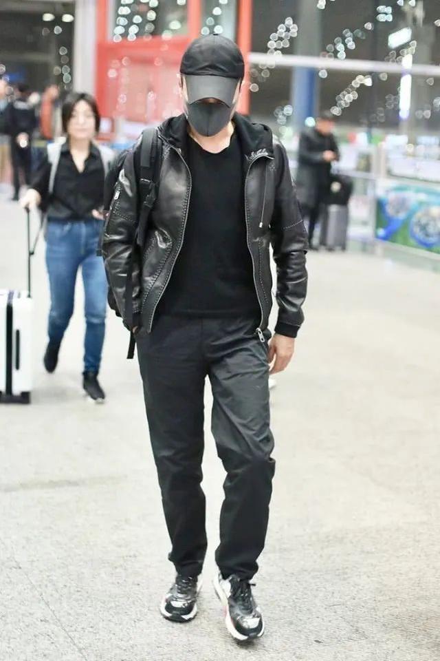 56岁张涵予低调出行,展露硬汉型男风范,造型时髦又显男人味