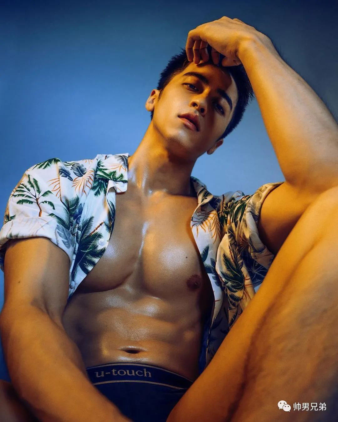 仲夏时分的阳光男孩,狼狗腹肌很有料